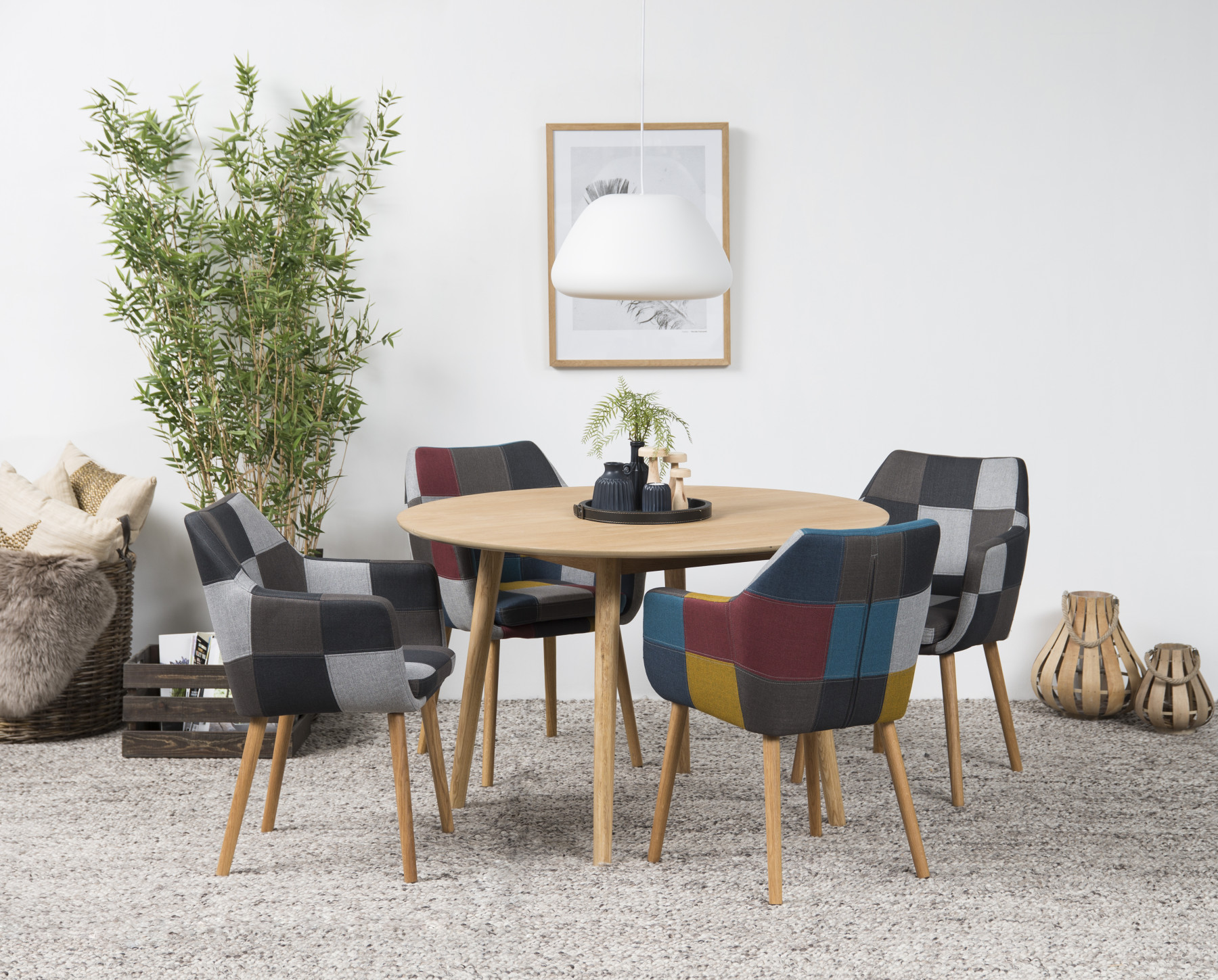 Flot rundt spisebord i egetræ. Et hyggeligt og enkelt rundt bord.