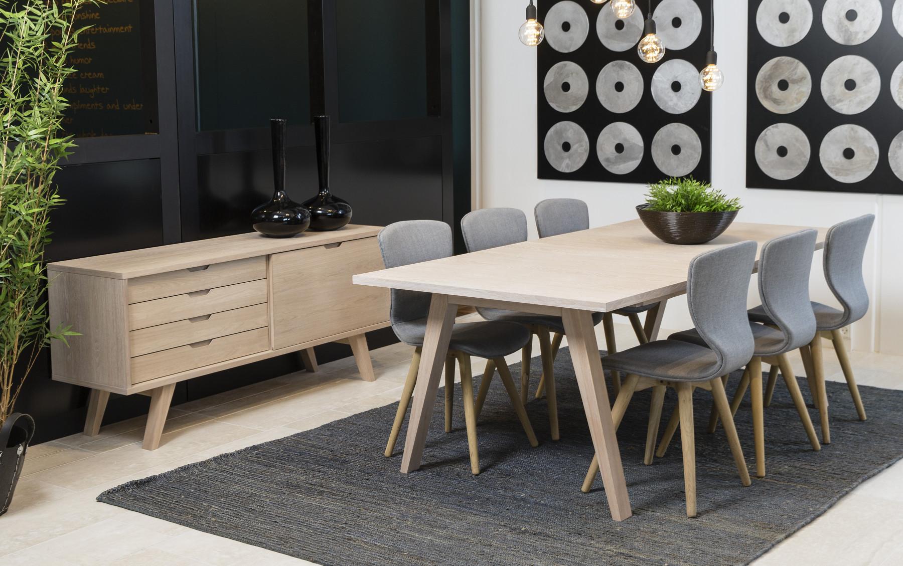 Stort spisebord i nordisk stil i hvidpigmenteret eg med 2 ...