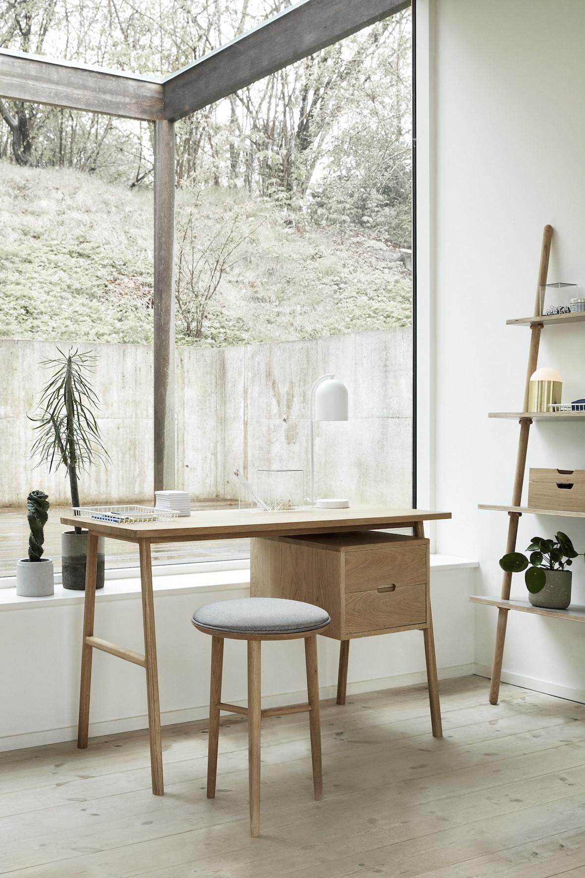 Smukt skrivebord i egetræ fra Hübsch. Skrivebordet har 2 skuffer i ...