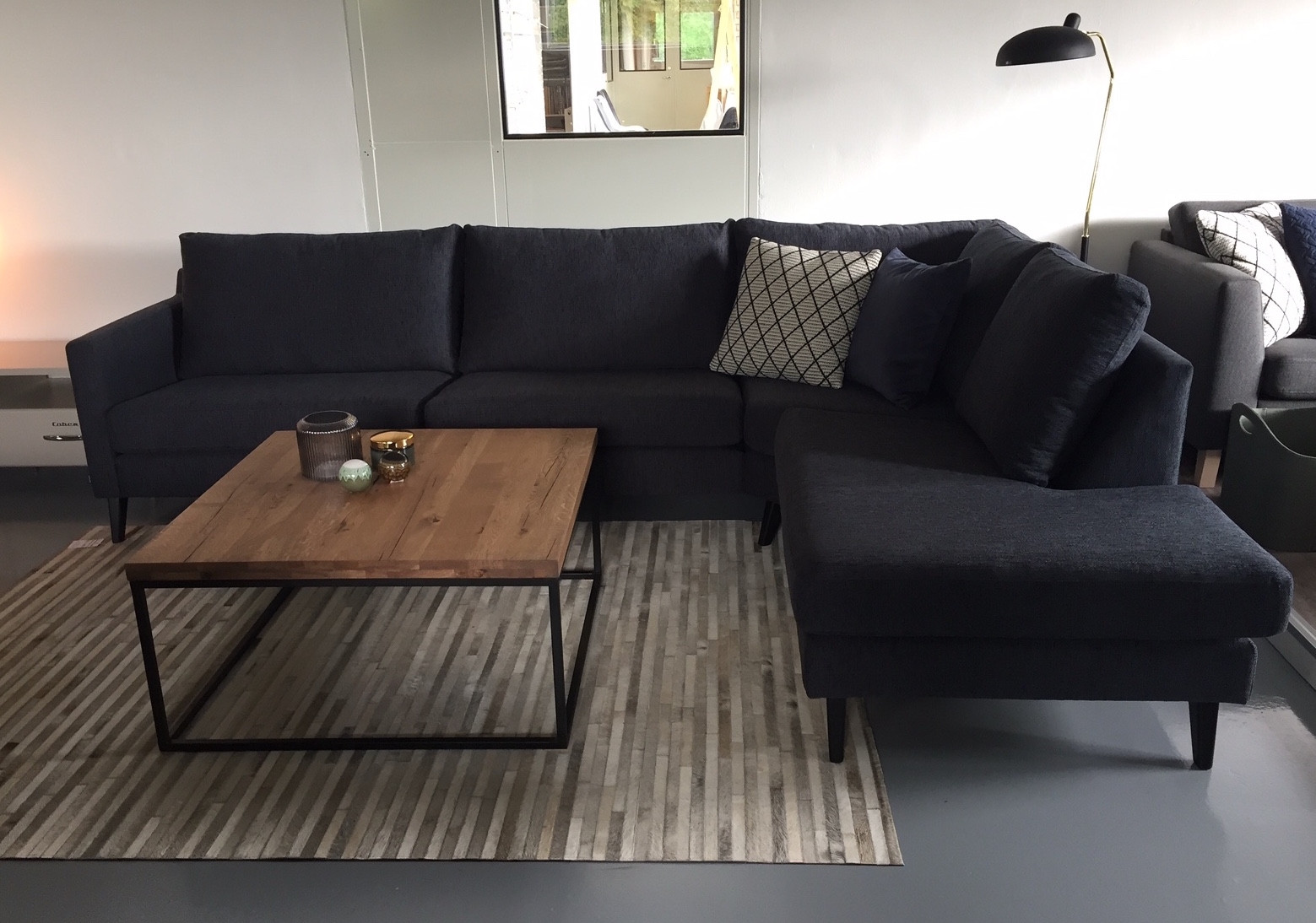 Picture of: Flot 3 Pers Sofa Med Chaiselong Her Vist I Morkeblat Cortina Stof